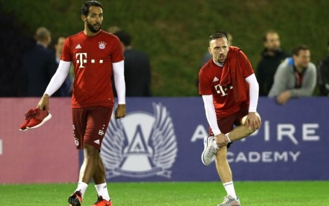 Bayern Munich's Moroccan Medhi Benatia (L) and French midfielder Franck Ribery take part in a training session at the team's winter training camp in the Qatari capital Doha, on January 6, 2016.  AFP PHOTO / STR / AFP / -