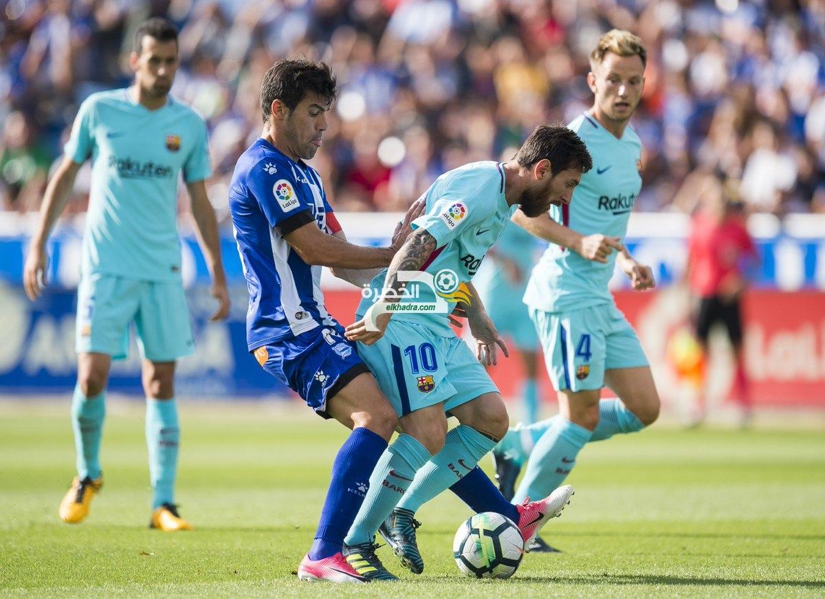 ثنائية ميسي تقود برشلونة للتفوق على آلافيس 2-0 32