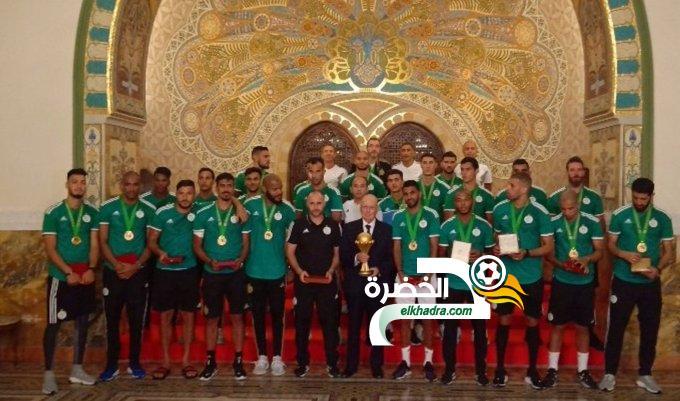 إسداء أوسمة من مصف الاستحقاق الوطني لعناصر المنتخب الجزائري 24