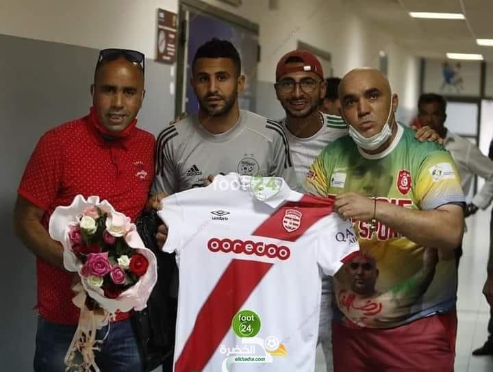أنصار النادي الإفريقي التونسي يهدون محرز قميص الفريق 1